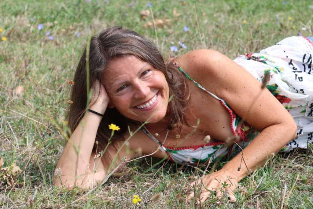 happy im Gras